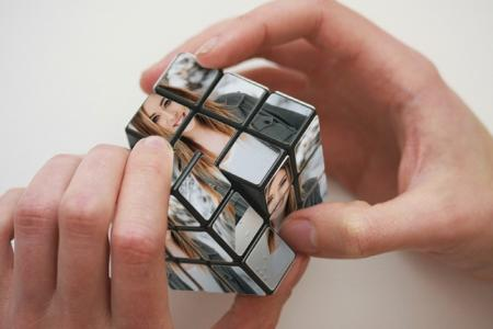 Take pictute to rubik on hands